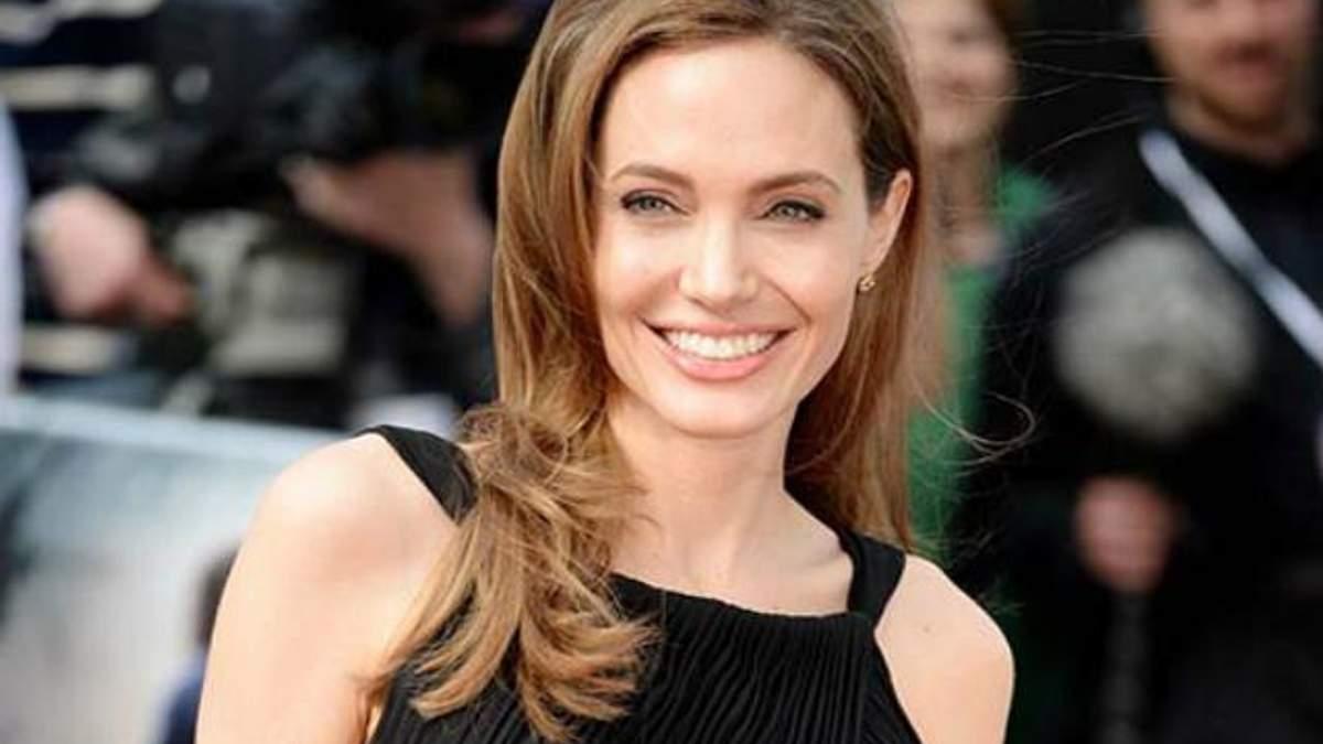 Анджелина Джоли выжидала лучшего момента, чтобы рассказать об операции, - хирург