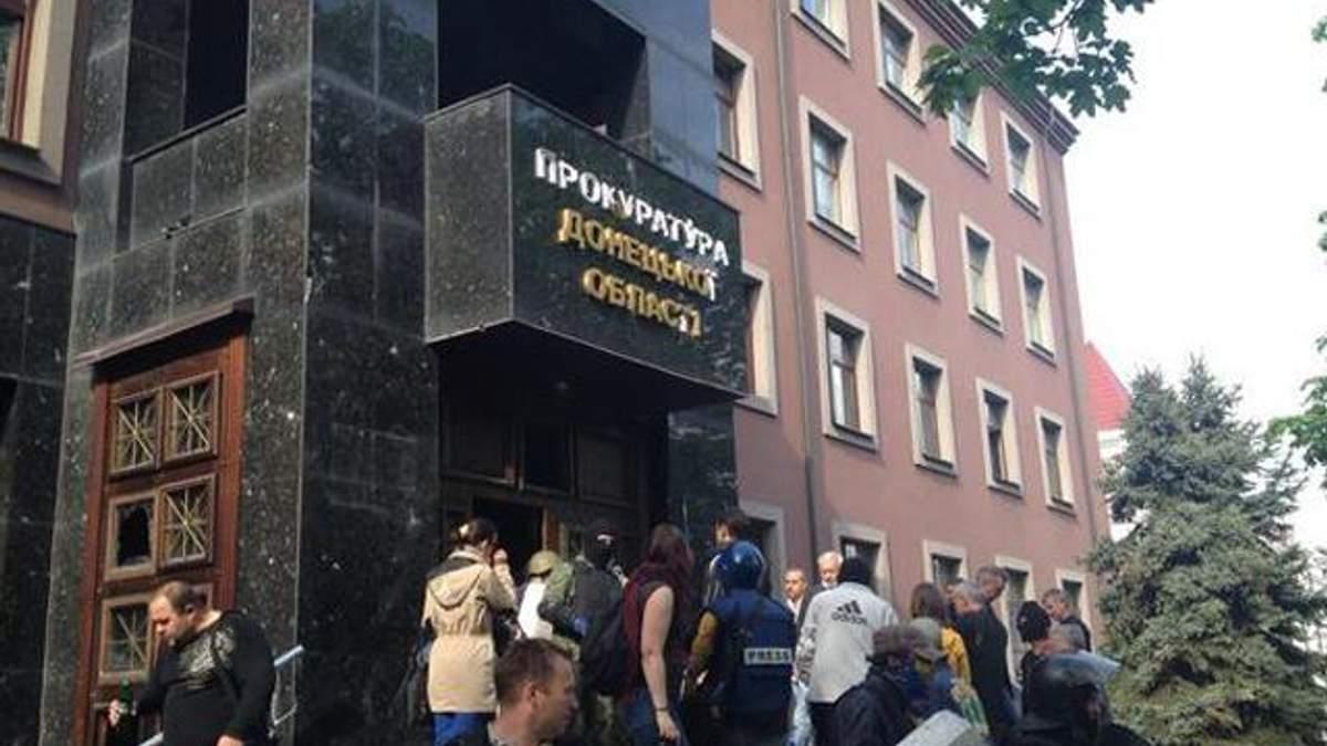 По меньшей мере 15 человек пострадали во время штурма Донецкой прокуратуры, - ОГА