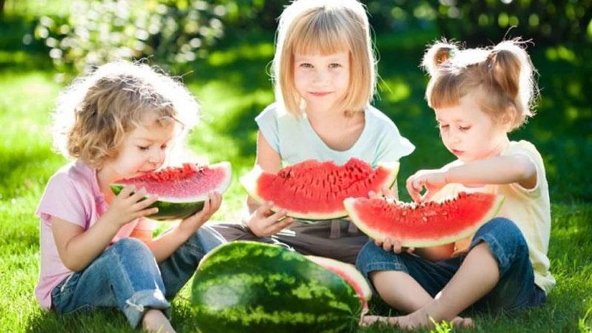 Дети лакомятся арбузом