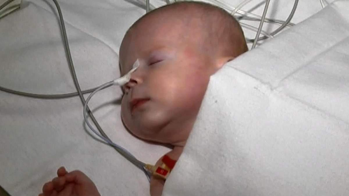 Небайдужі медики рятують життя хворого малюка, від якого відмовились батьки