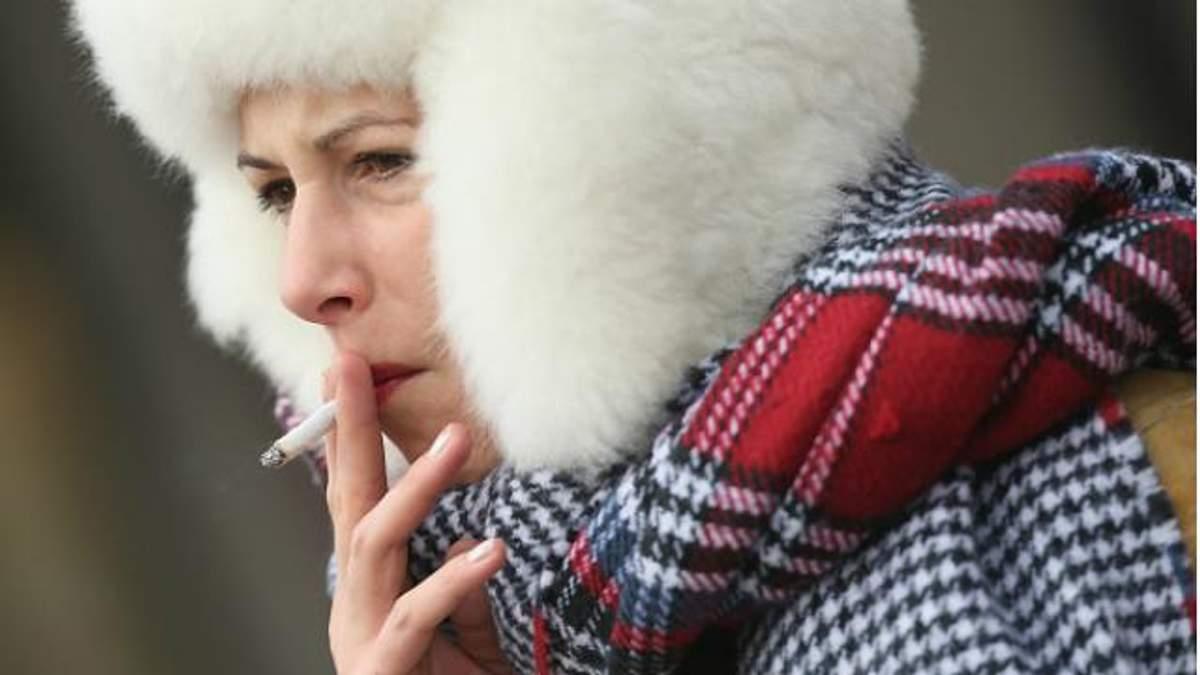 Жінка із сигаретою
