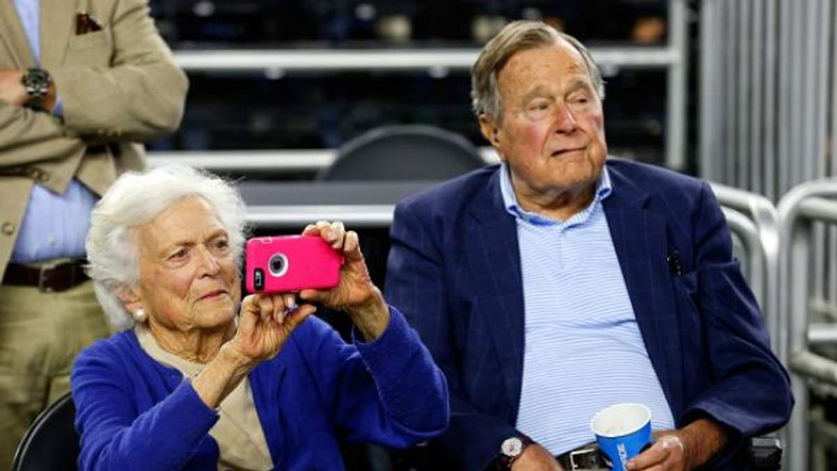 Стало известно, почему госпитализировали Джорджа Буша-старшего с женой