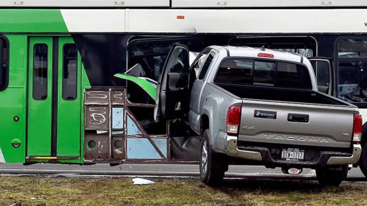 Фургон разгромил автобус с людьми: впечатляющее видео