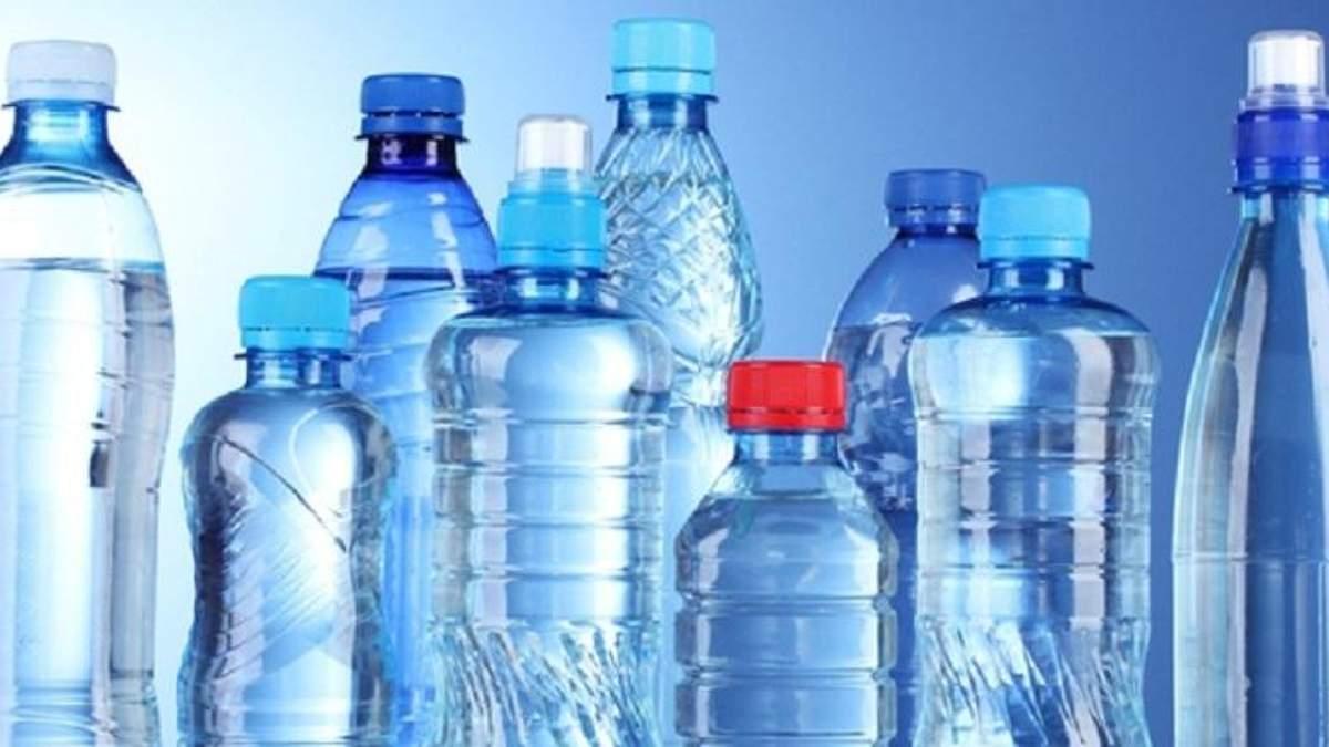 Чи безпечно пити воду з пластикових пляшок: пояснення експерта