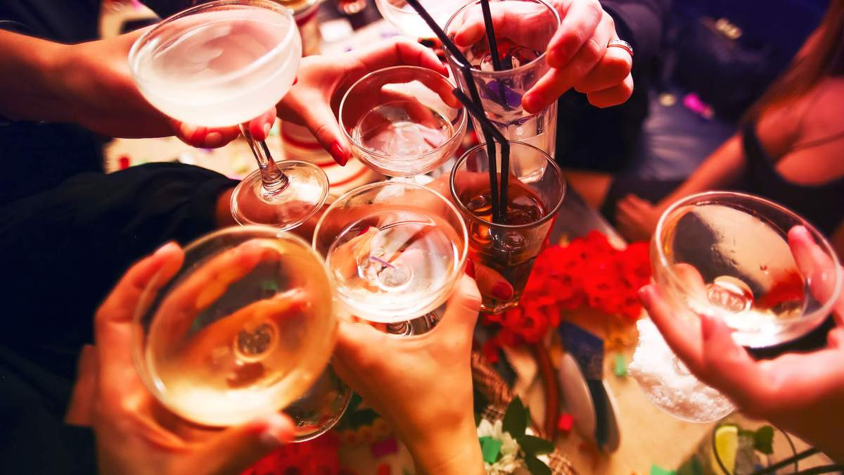 5 корисних порад, як вживати алкоголь на вечірках і легше перенести похмілля