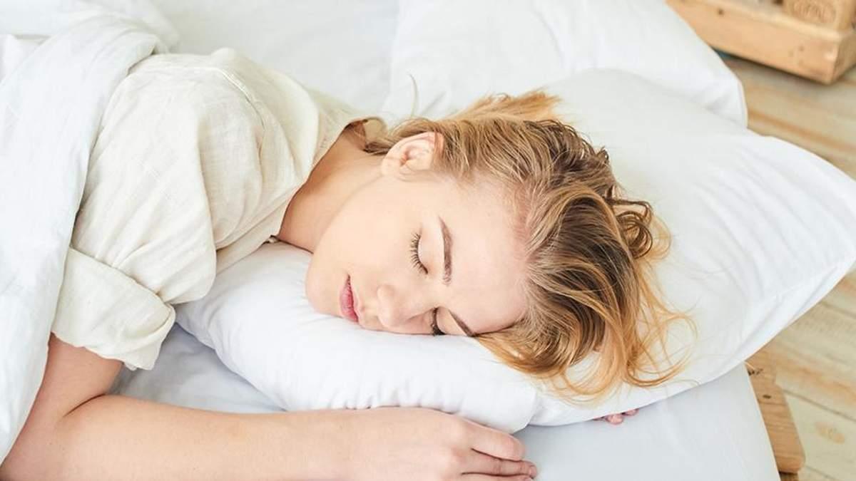 Чому не варто лягати спати з вологим волоссям