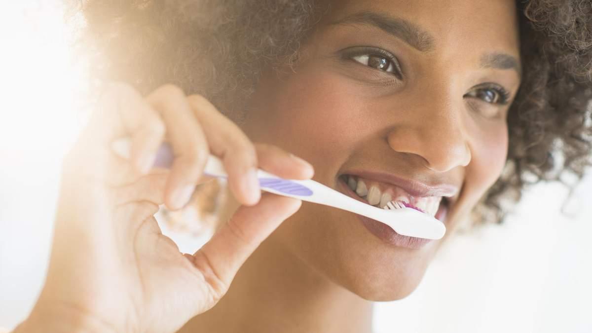 Стоматологи назвали продукт, который может очистить зубы не хуже зубной пасты