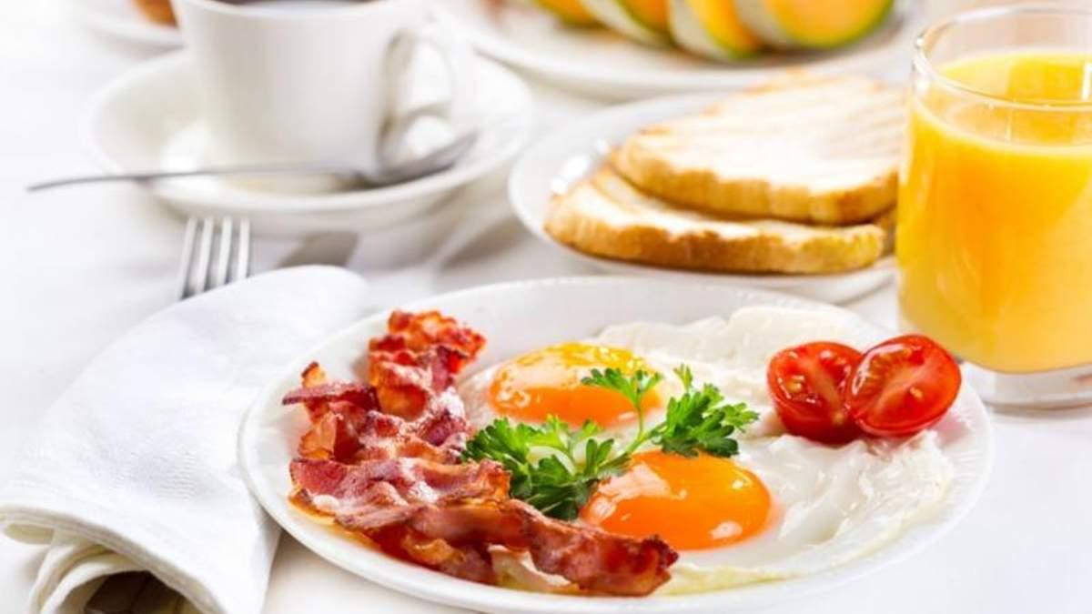 Вчені пояснили, чим шкідлива яєшня з беконом на сніданок