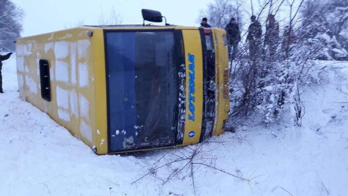 Автобус із пасажирами перекинувся поблизу Кривого Рогу: є потерпілі