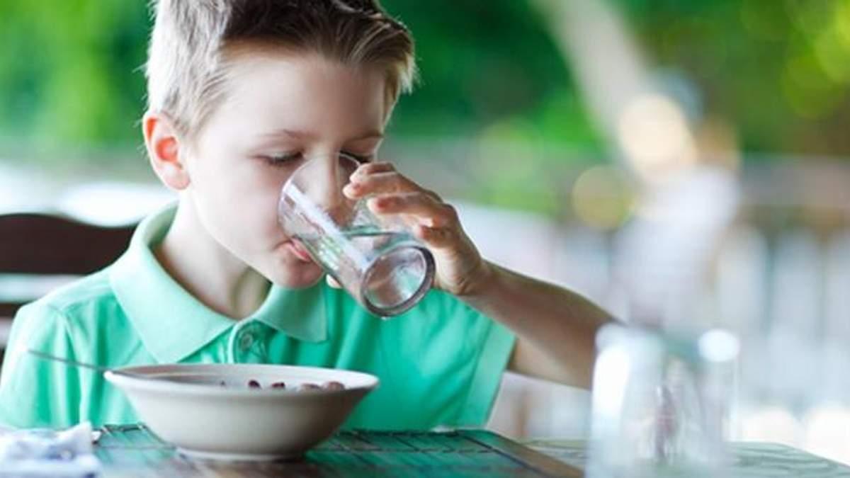 Чи можна пити воду під час їжі