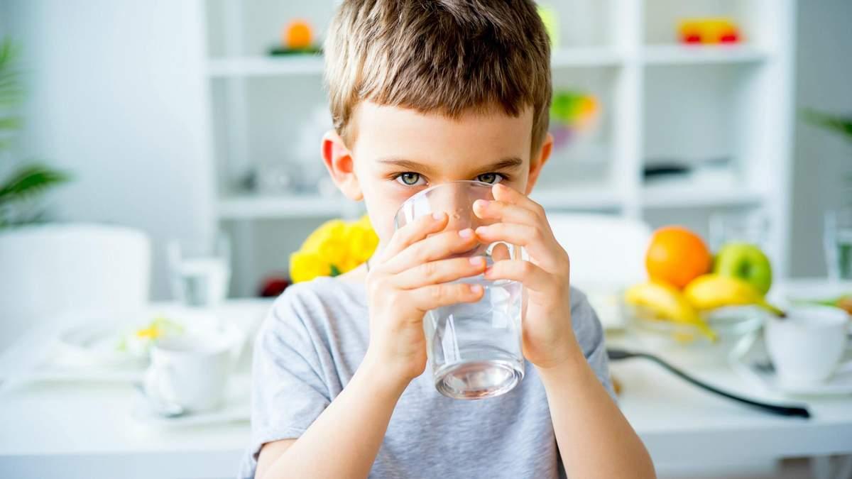 Як заохотити дитину пити більше води