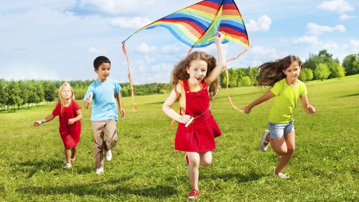 Не стоит надевать дополнительный слой одежды на детей в жару