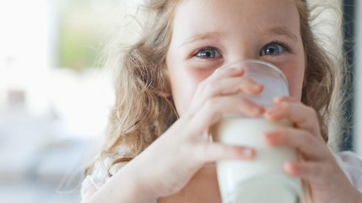 Как правильно давать ребенку коровье молоко