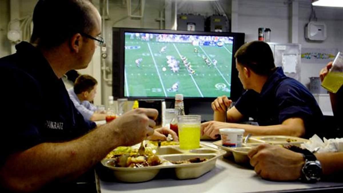 Почему ужинать перед телевизором вредно