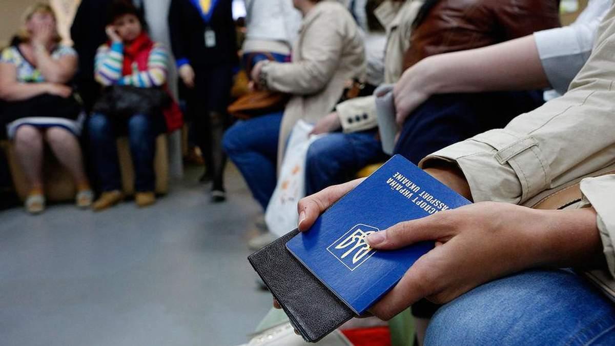 Їдучи працювати за кордон, українці не тікають від проблем, – психолог