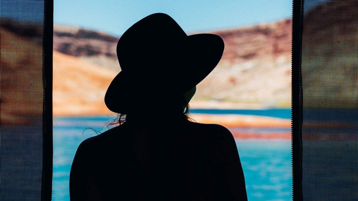 Женщины и девушки стали чувствовать себя менее счастливыми