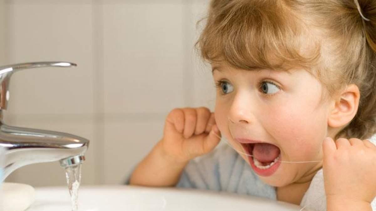 Дитячий стоматолог розповіла, з якого віку можна починати застосовувати флос
