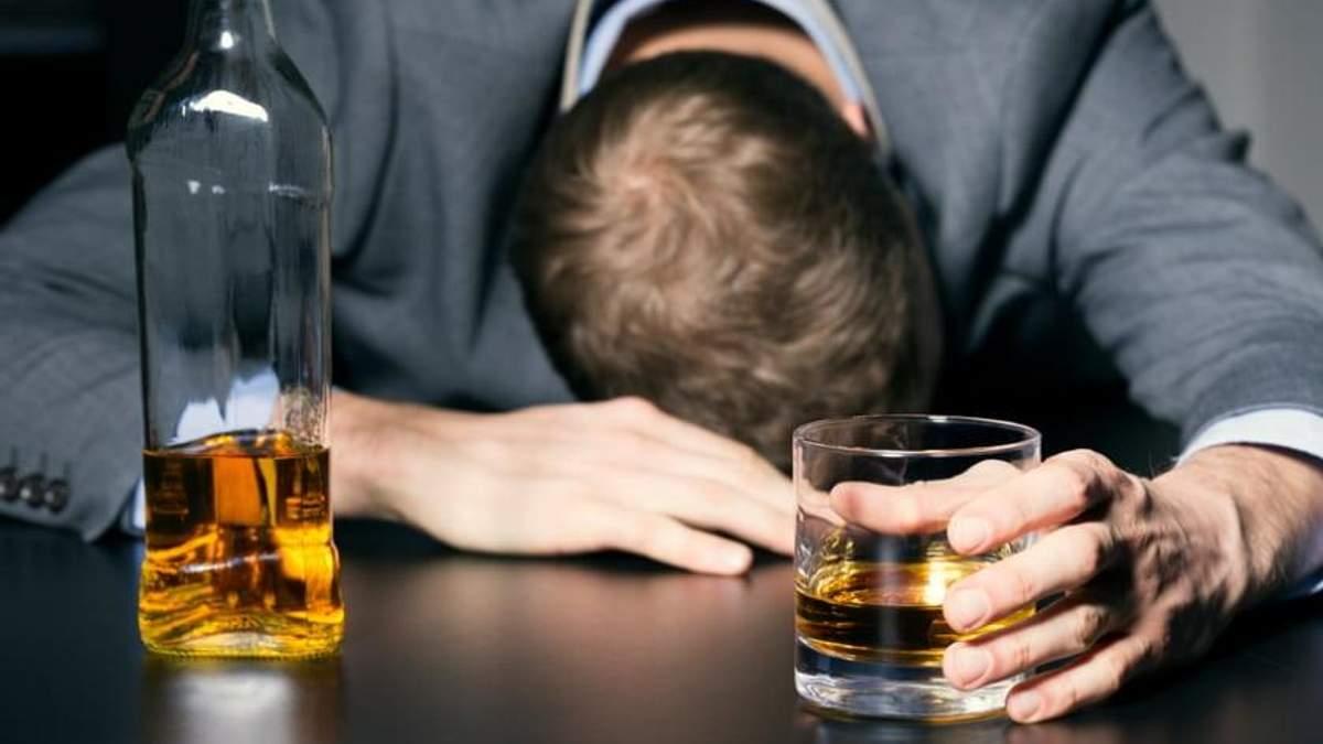 Медики назвали тривожний сигнал, який свідчить про проблеми з алкоголем