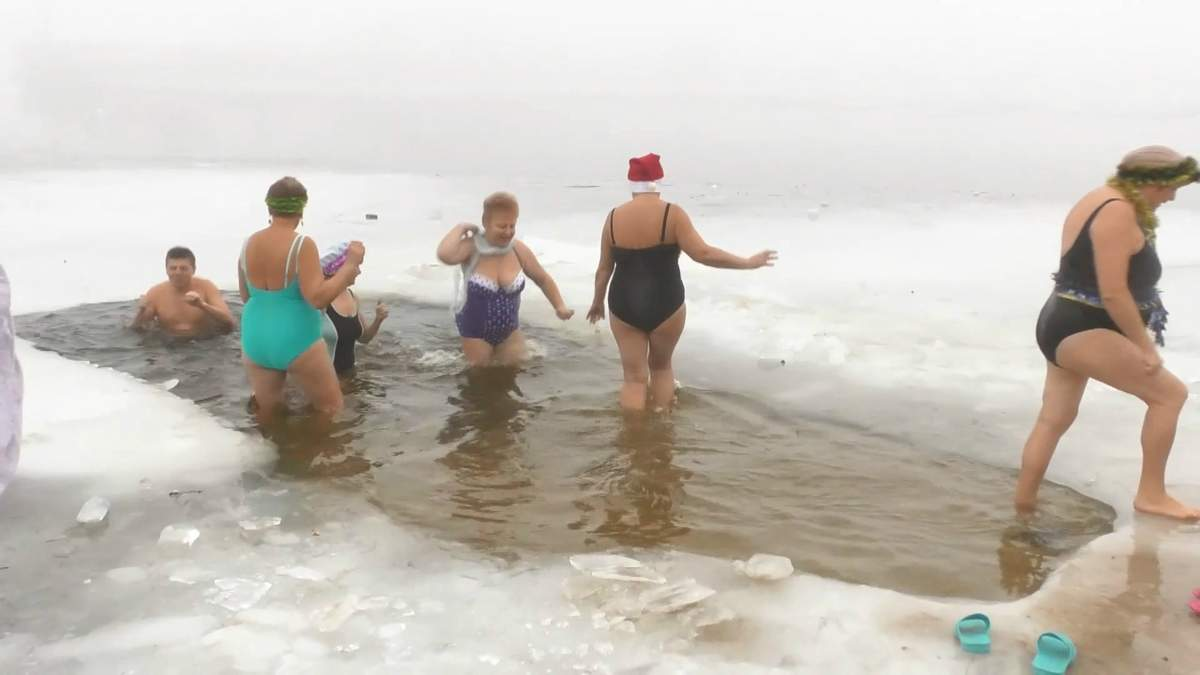Виклик зимі: у Черкасах пенсіонери влаштували новорічні купання у крижаній воді