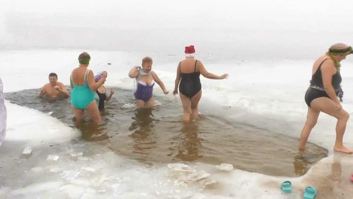 Вызов зиме: в Черкассах пожилые люди устроили новогодние купания в ледяной воде
