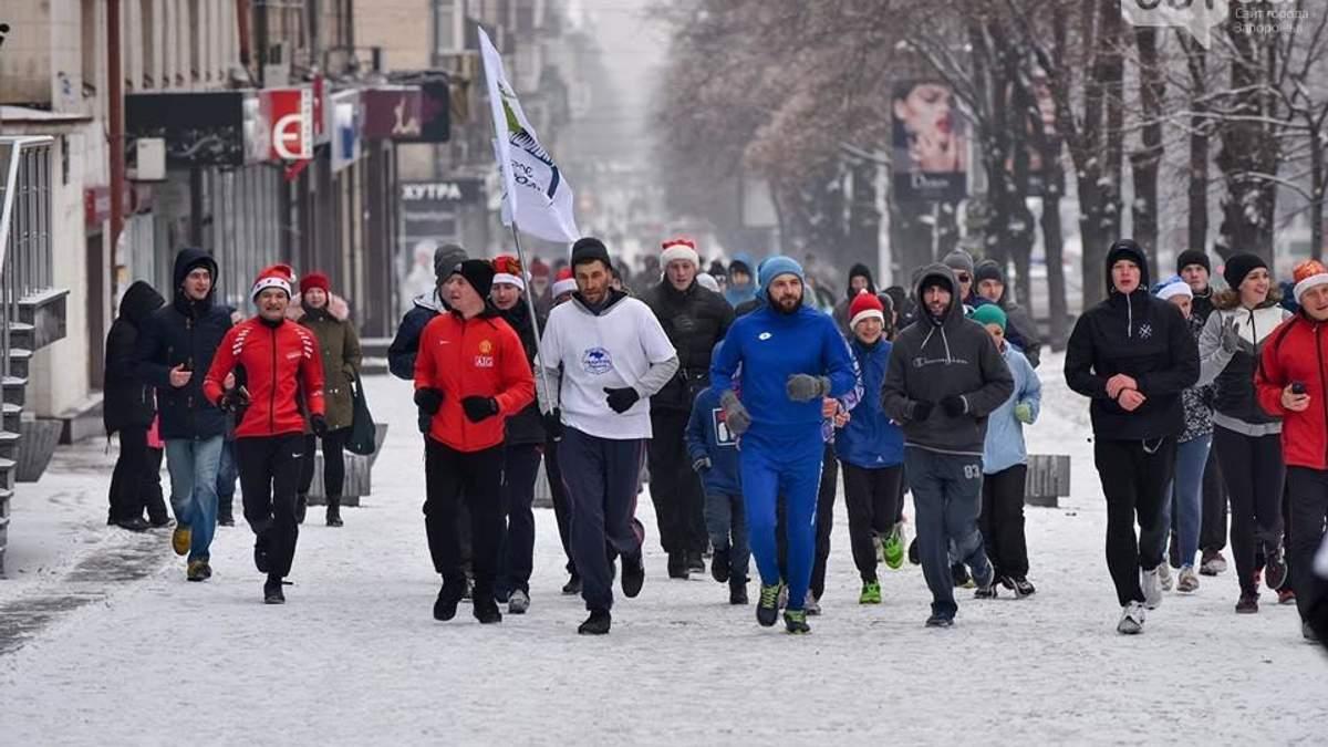 """Жителі Запоріжжя традиційно після Нового року вийшли на """"тверезу пробіжку"""": фото та відео"""