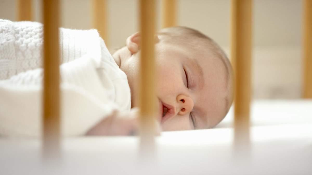 Чому дитина повинна спати у своєму ліжку: пояснює психолог