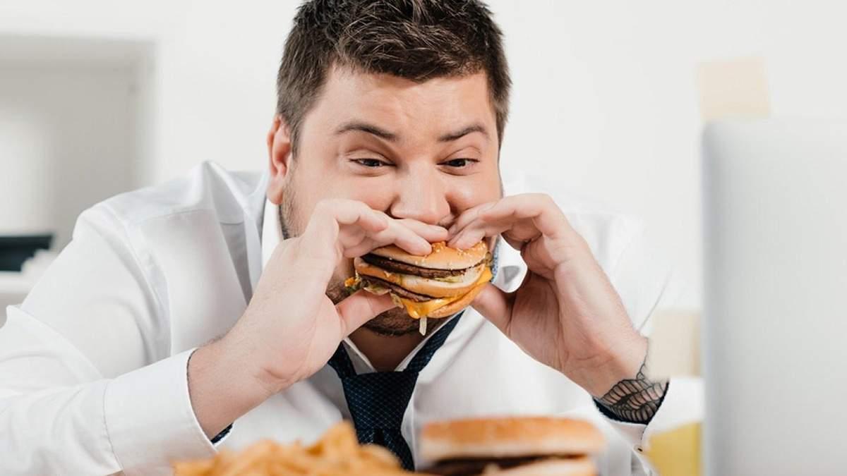 Які продукти не варто їсти на роботі