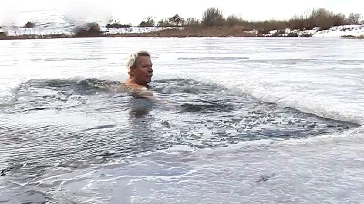 На Львовщине 67-летний учитель физкультуры плавает в проруби и бегает по 10 километров