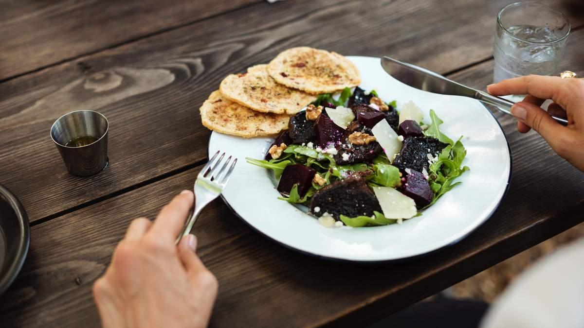 Як визначити правильний розмір порцій їжі та напоїв