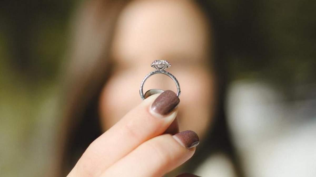 Молодая девушка 12 лет ходила с кольцом, которое застряло в ее носу