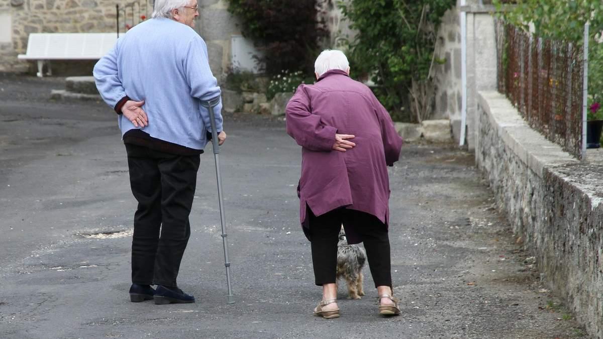 Повільна ходьба провокує проблеми у старості