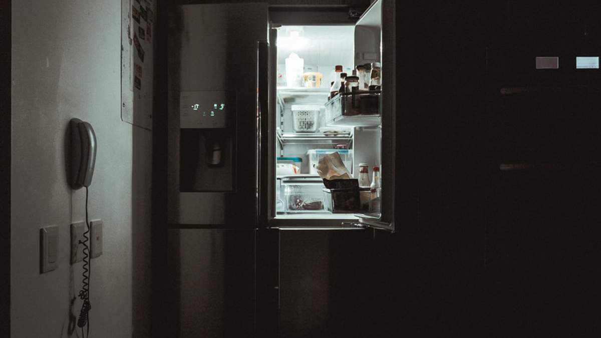 Действительно ли нельзя класть горячее в холодильник