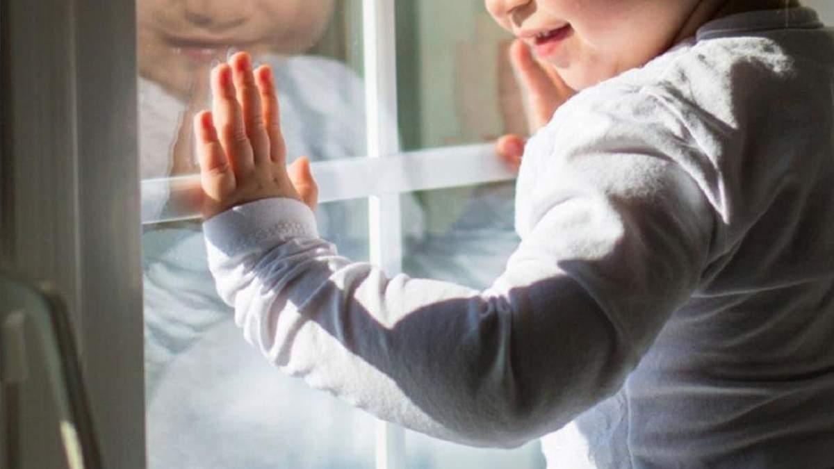 Двоє маленьких дітей випали з вінка лікарні на Одещині