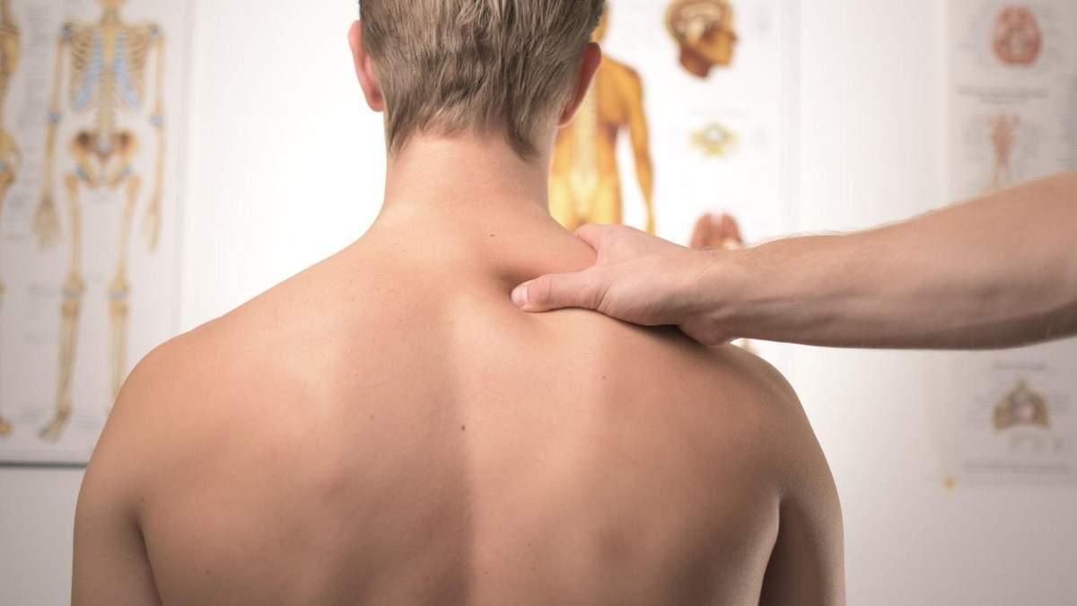 В Житомире врач сломал позвоночник во время массажа