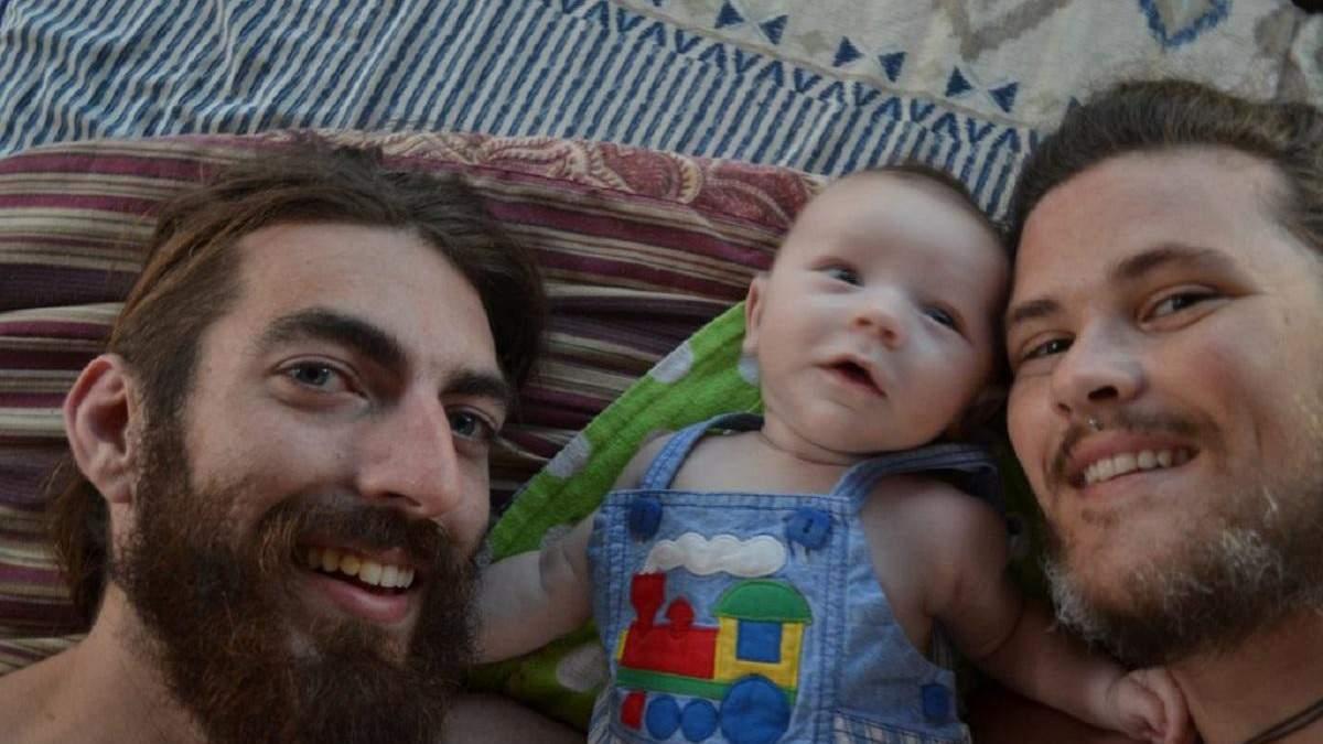 Трансгендерный мужчина родил ребенка