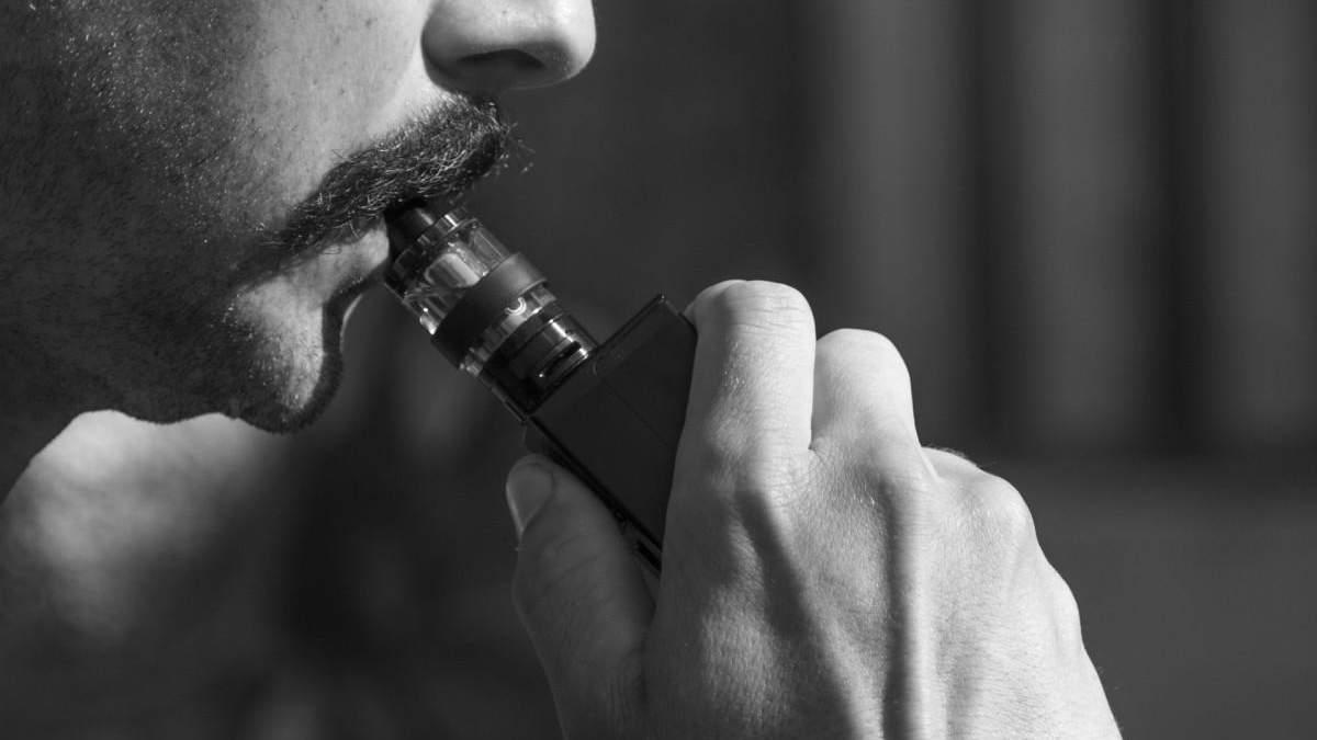 Чи варто забороняти куріння електронних сигарет у громадських місцях