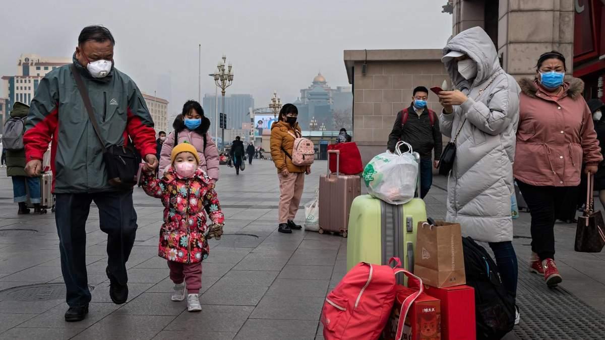 В Киев прилетели эвакуированные из Китая украинцы: прибывшим только измерили температуру