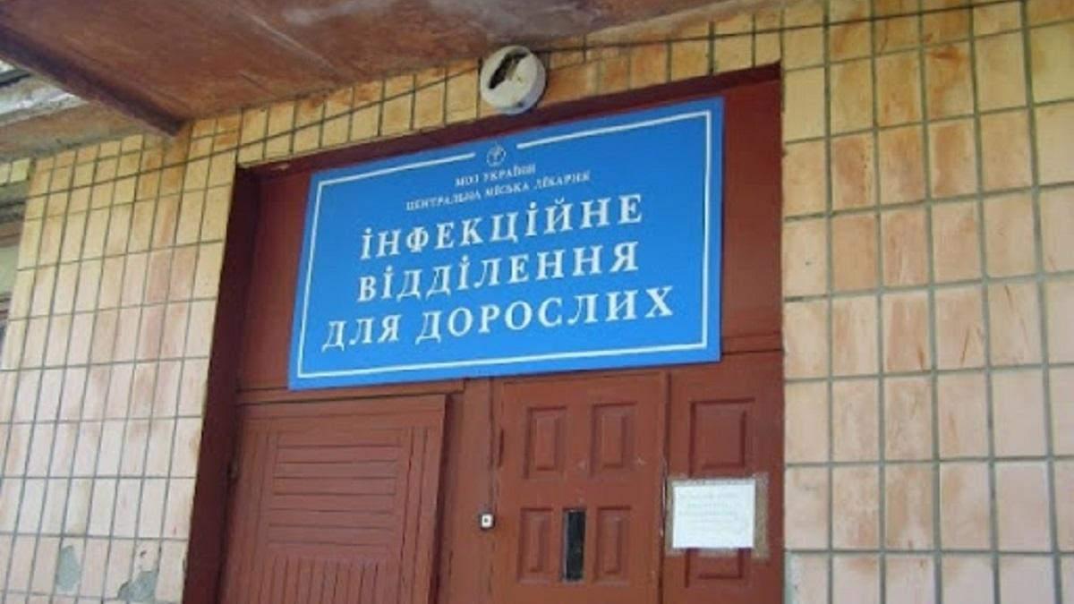 Девушка находится в спецбоксе инфекционного медучреждения в Ровно