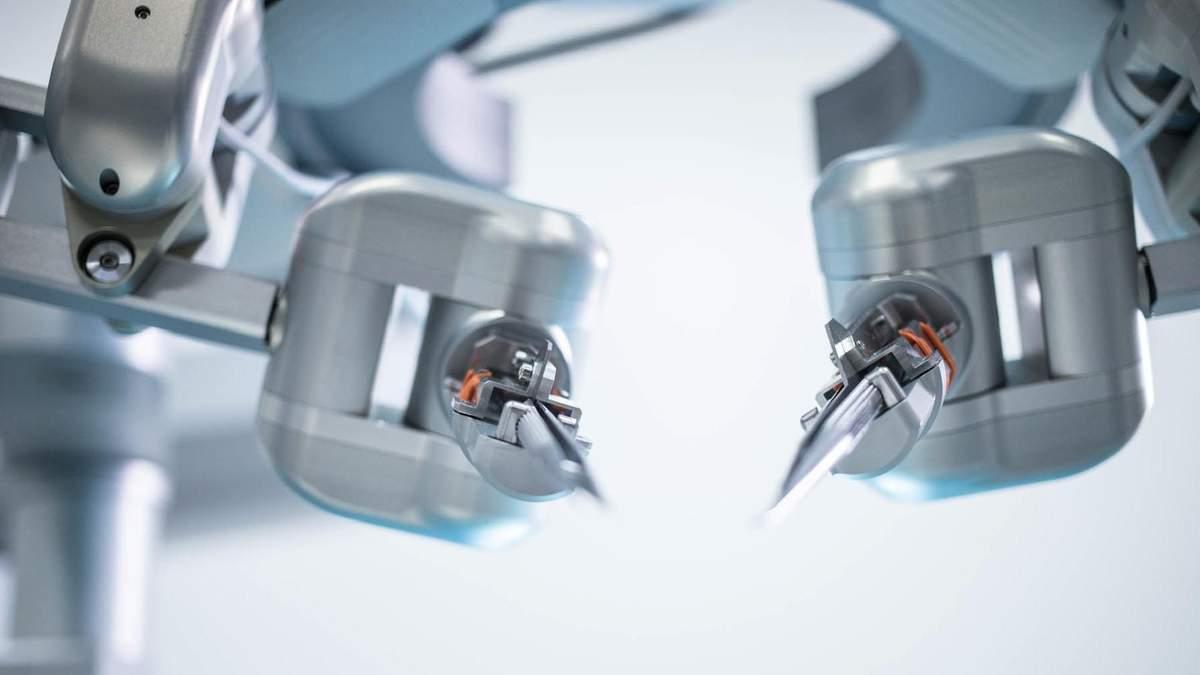 Робот вперше провів операцію на людині
