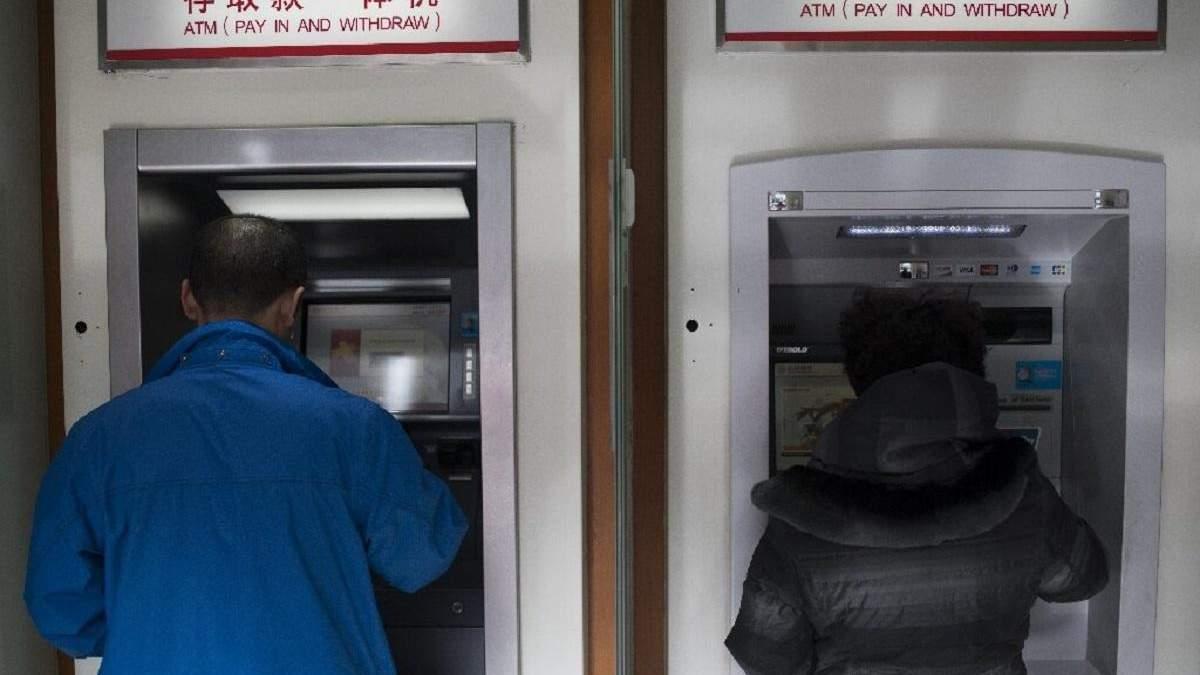 Аби запобігти поширенню коронавірусу, у Китаї дезінфікують всі банкноти