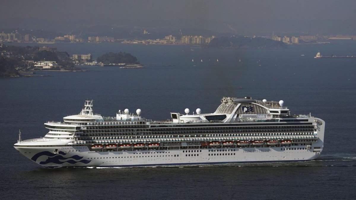 Пасажири зараженого коронавірусом лайнера Diamond Princess починають покидати судно