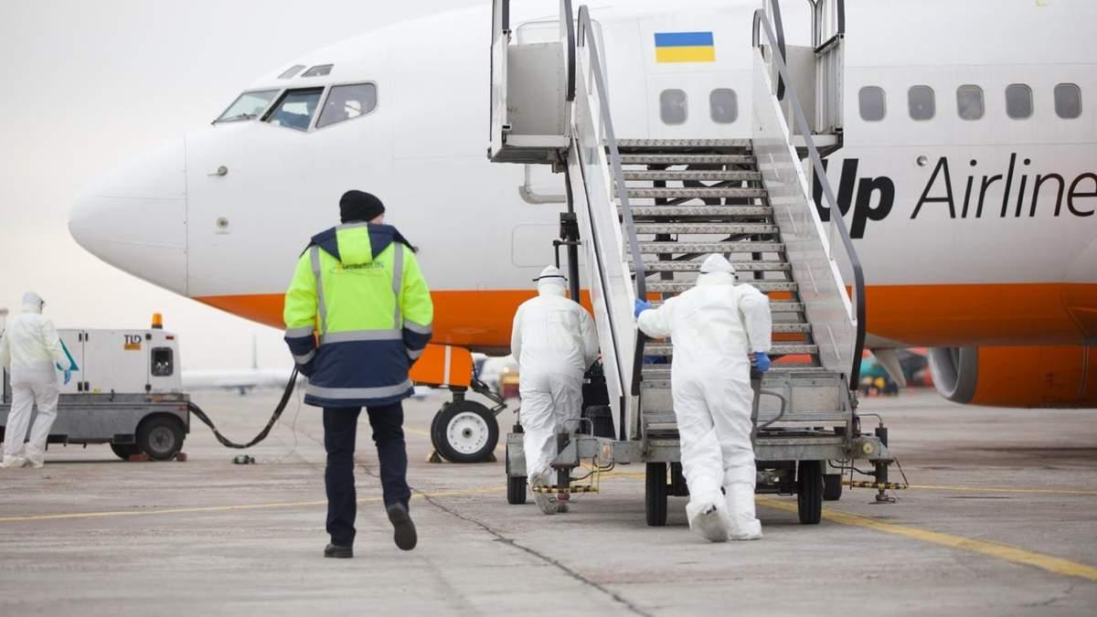 Евакуйовані з Китаю українці зійшли з літака: відео
