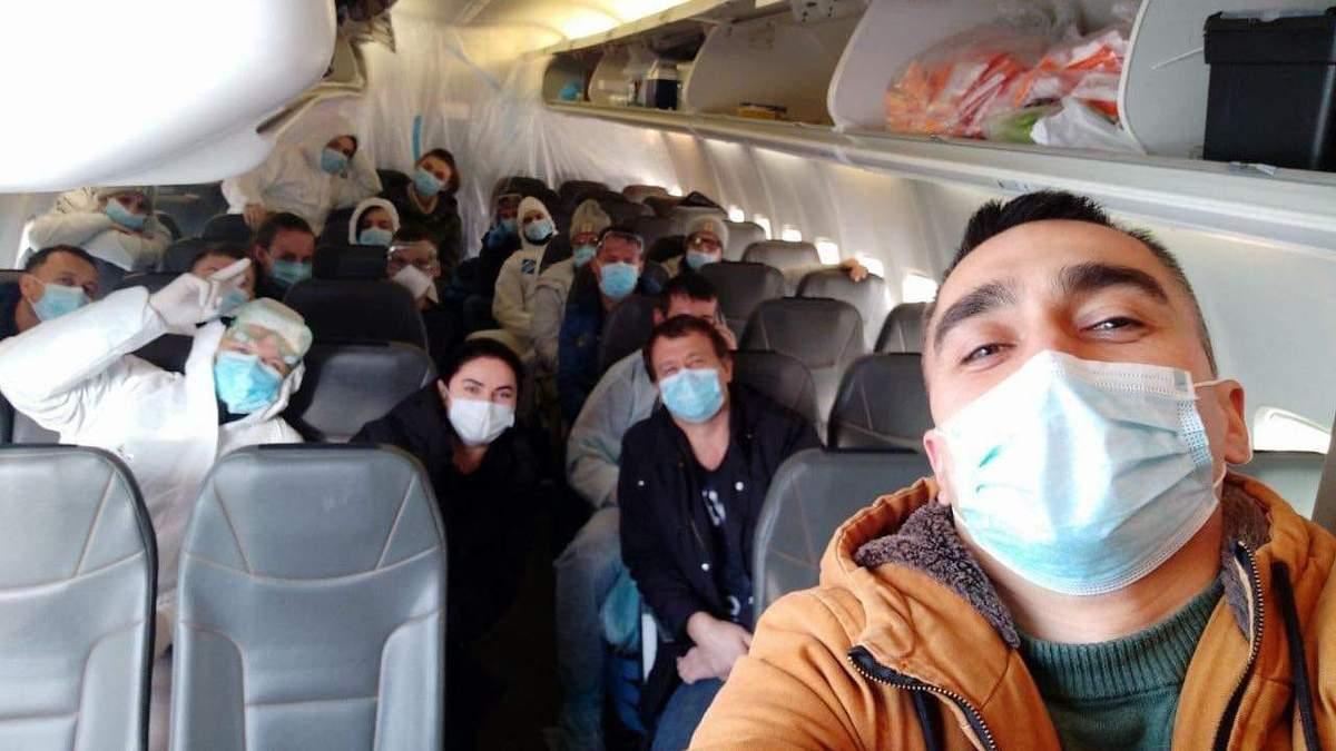 Журналіст розповів, як екіпаж літака з Уханя ставиться до протестів