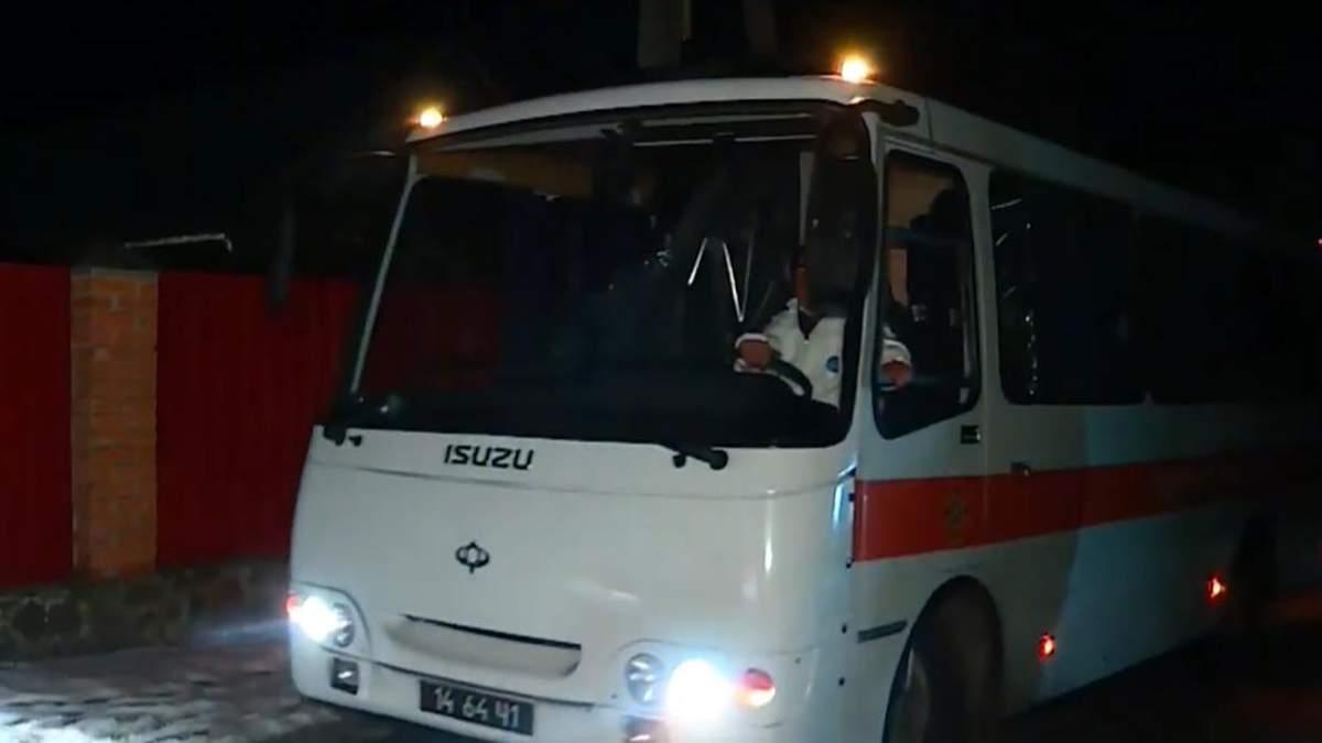 """Автобус з евакуйованими з Уханя прибув до санаторію """"Нові Санжари"""": фото"""