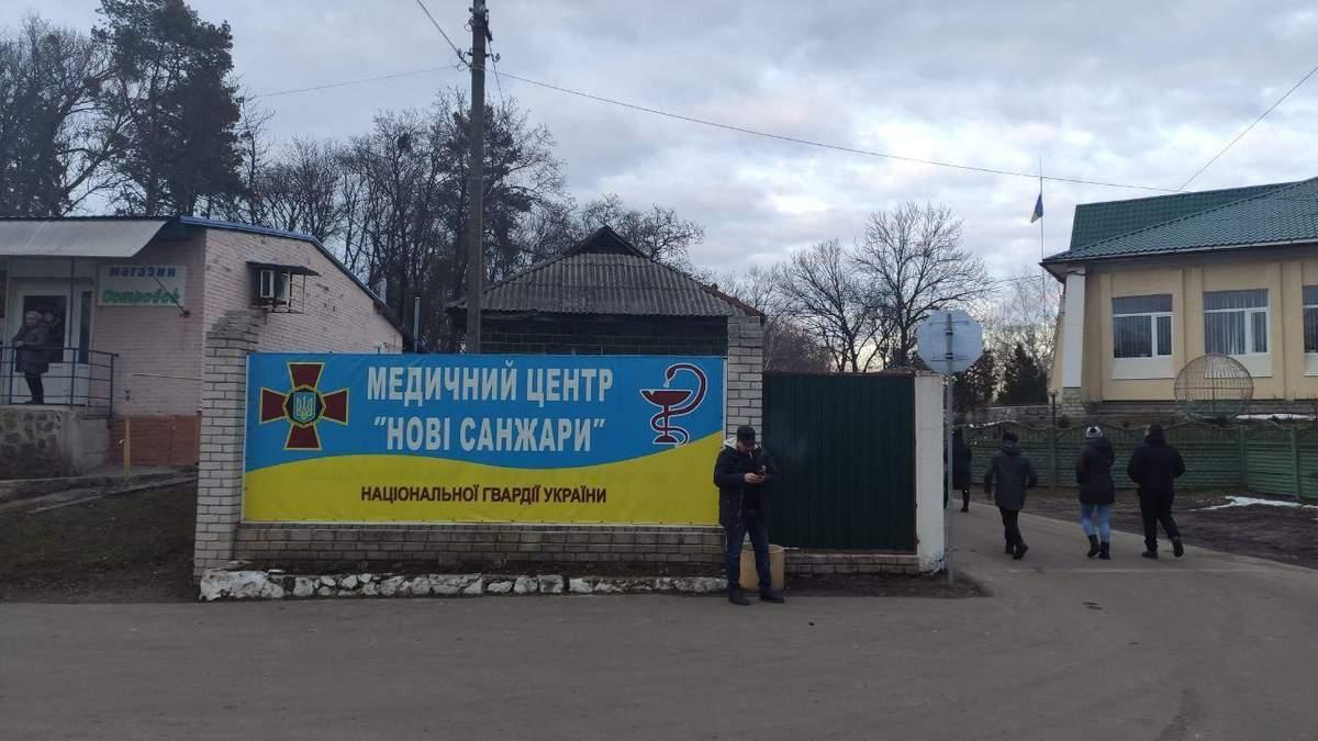 Переселенці з Донецька привезли евакуйованим з Уханя їжу: фото