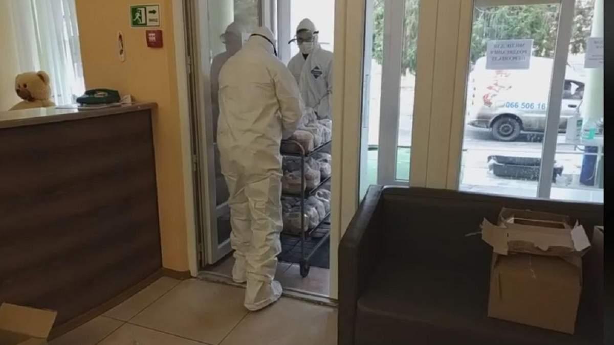 """Як евакуйованим з Китаю людям передають їжу: відео з санаторію """"Нові Санжари"""""""