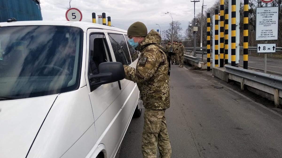 В Украине на границе проверяют машины из Европы из-за вспышки коронавируса