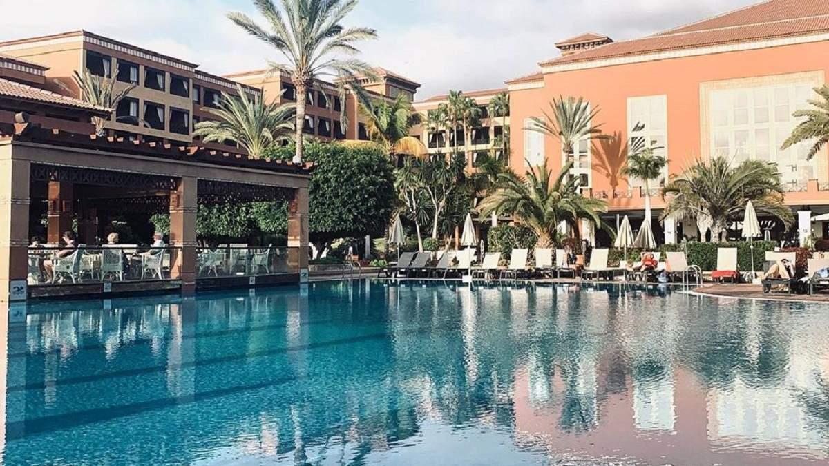 Карантин біля басейну з шампанським: як живуть гості у готелі на Тенеріфе, закритому через вірус
