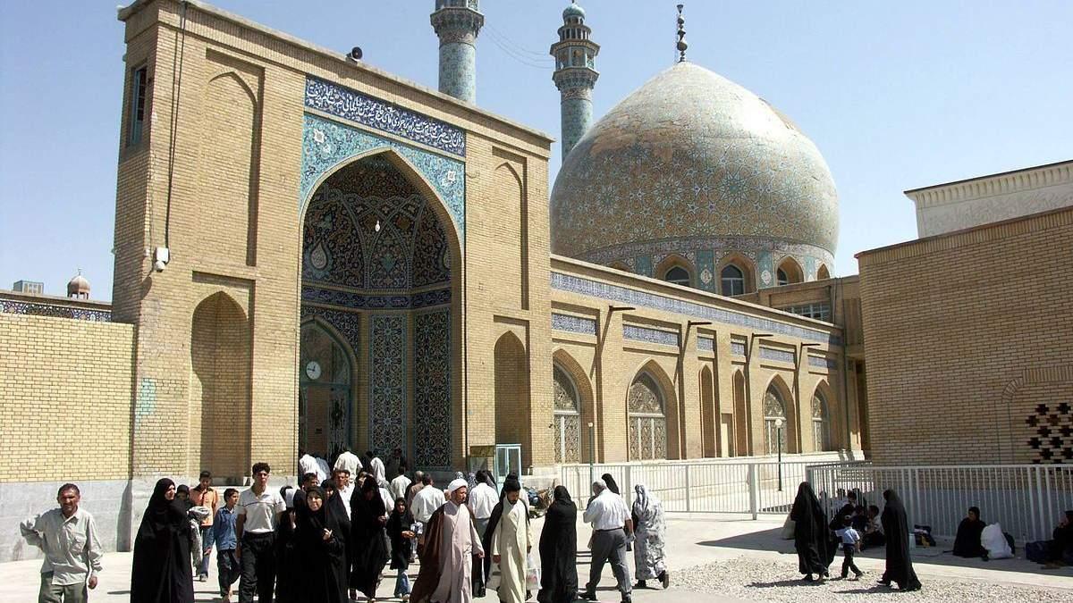 В Ірані люди облизують святині