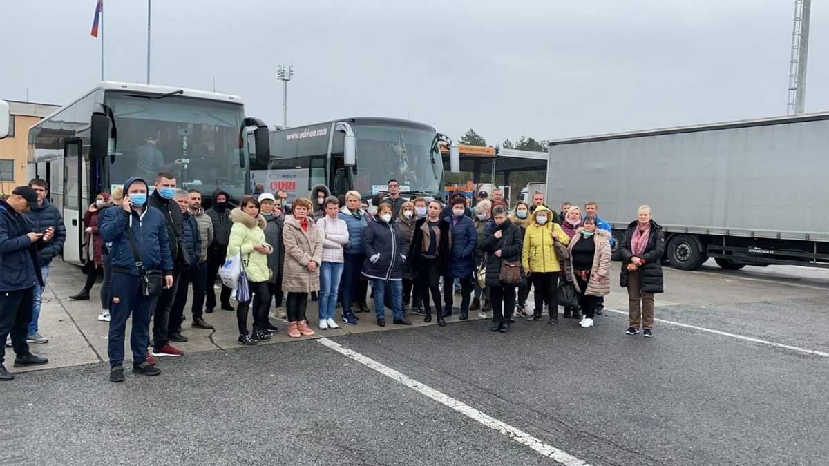 Автобуси з українцями не впустили на кордоні з Словенією